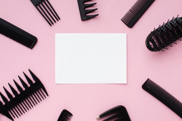 Cartão em branco cercado por ferramentas de cabeleireiro Foto gratuita