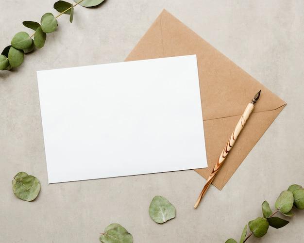 Cartão em branco com caneta-tinteiro Foto gratuita