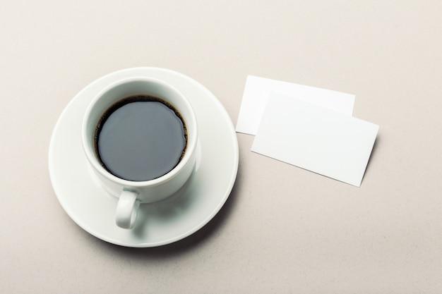 Cartão em branco com uma xícara de café com espaço Foto Premium