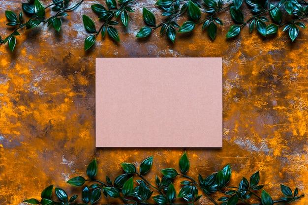 Cartão em branco na mesa de madeira envelhecida Foto gratuita