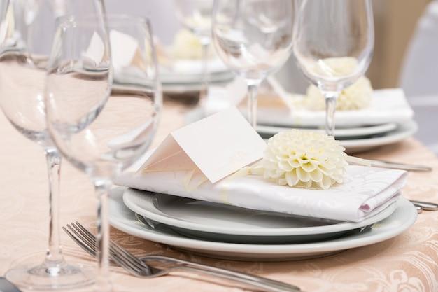 Cartão para o nome da mesa, decoração no restaurante para um banquete de casamento Foto Premium