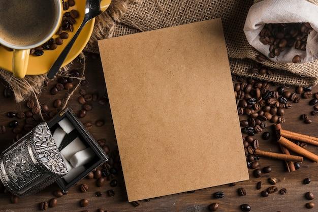 Cartão perto de conjunto de chá, açucareiro, saco e canela em pau Foto gratuita