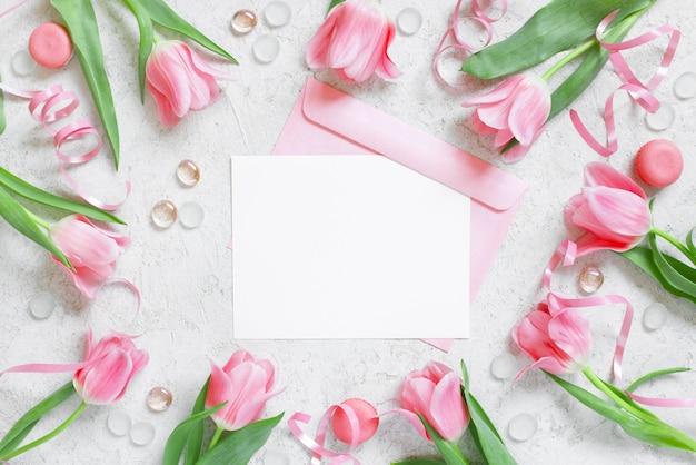 Cartão postal em branco branco com envelope e quadro de tulipas Foto Premium