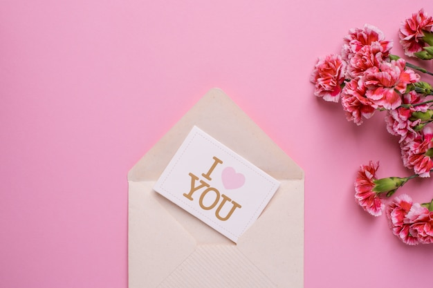 Cartão postal eu te amo com flores rosa em rosa Foto Premium