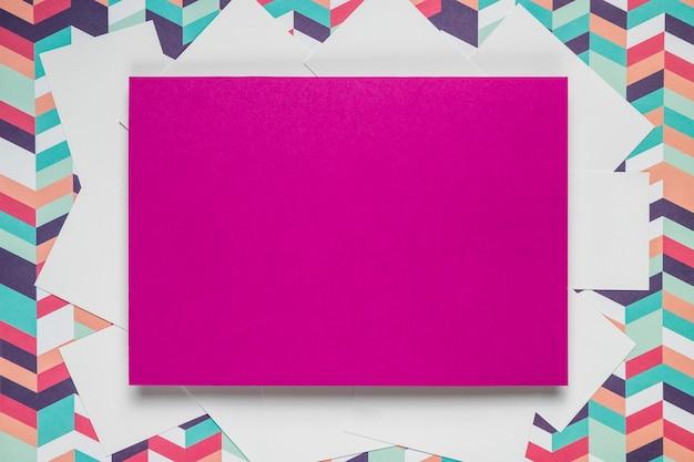 Cartão roxo em fundo colorido Foto gratuita