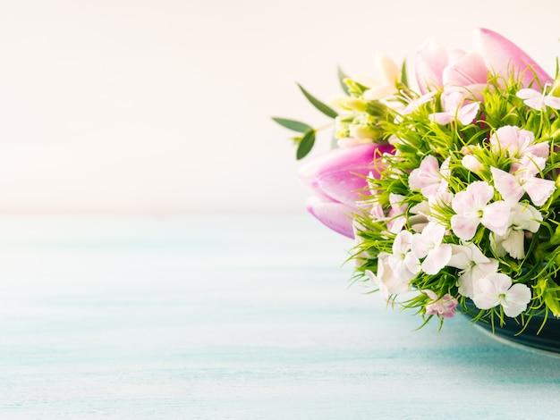 Cartão roxo vazio flores tulipas rosas primavera cores pastel Foto Premium