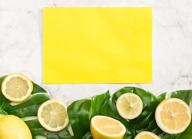 Cartão vazio amarelo com limões Foto gratuita