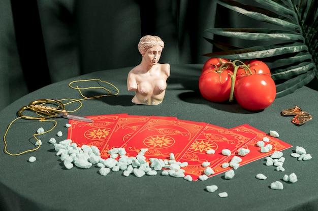 Cartas de tarô ao lado de arranjo de vida ainda Foto gratuita