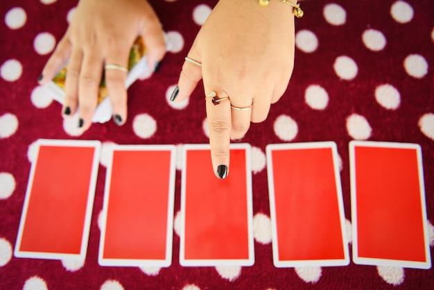 Cartas de tarô lendo divinação leituras psíquicas e clarividência cartomante mãos Foto Premium