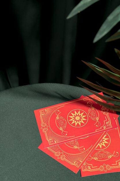 Cartas de tarô vermelho de alto ângulo na mesa Foto gratuita