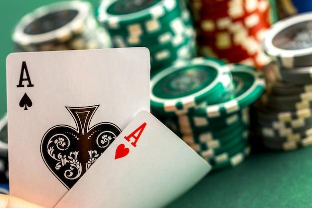 Cartas e fichas para poker na mesa verde Foto Premium