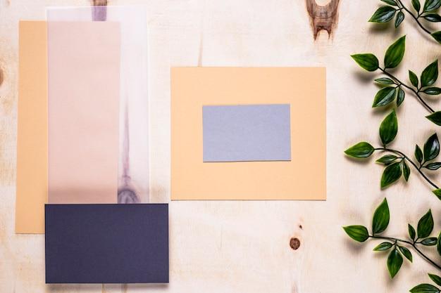 Cartas elegantes em fundo simples Foto gratuita