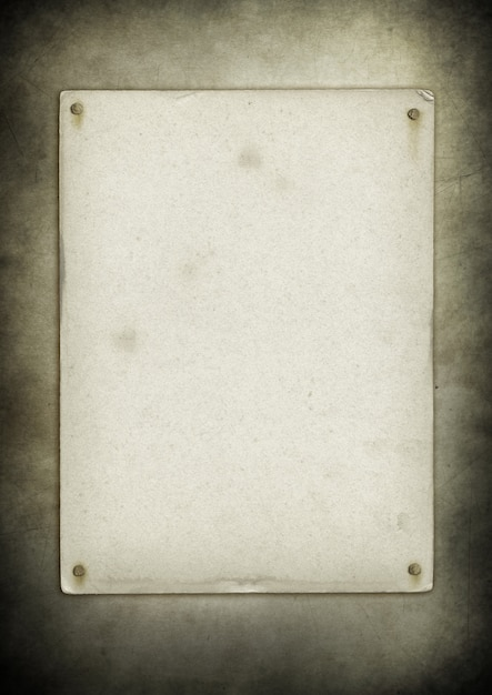 Cartaz antigo em branco pregado na parede do grunge Foto Premium