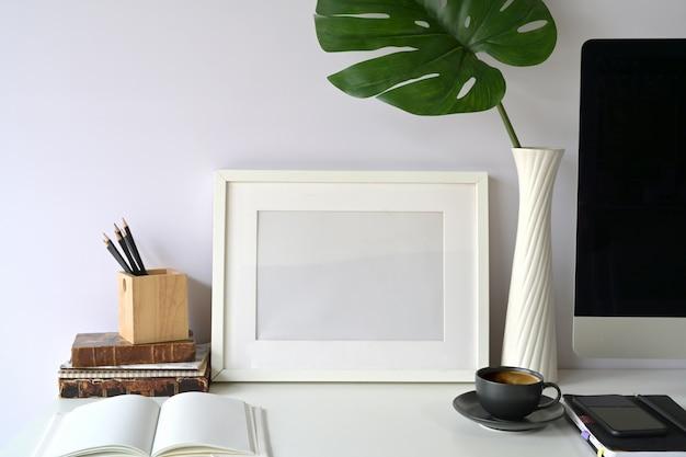 Cartaz de maquete no espaço de trabalho Foto Premium