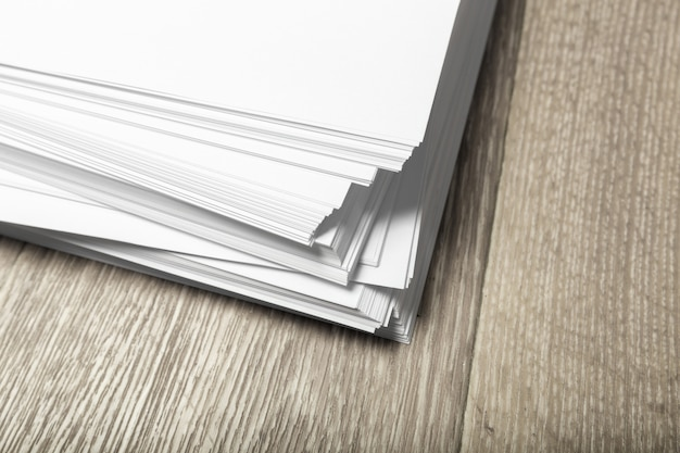 Cartaz em branco na madeira para substituir seu design Foto Premium