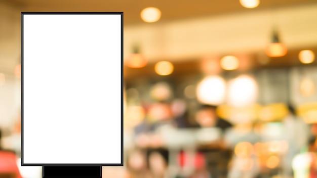Cartaz em branco permanente no restaurante borrão para mostrar ou promover promoção Foto Premium