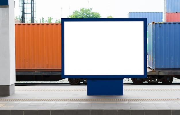 Cartazes de outdoor em branco na estação de trem. Foto Premium