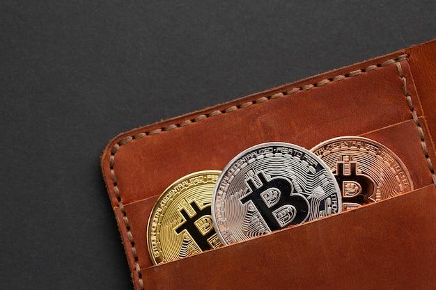 Carteira com close de bitcoin Foto gratuita