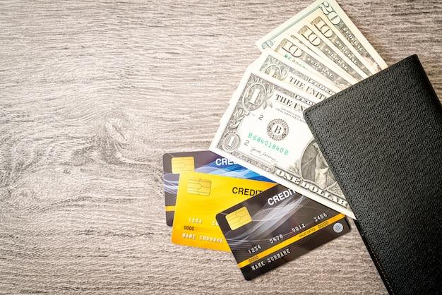 Carteira com dinheiro e cartão de crédito - conceito de economia e finanças Foto Premium