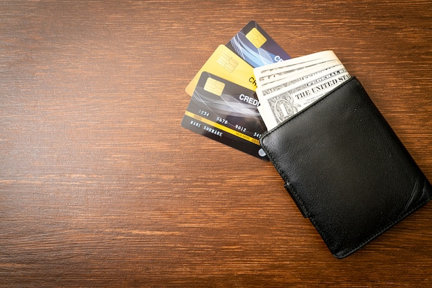 Carteira com dinheiro e cartão de crédito Foto Premium