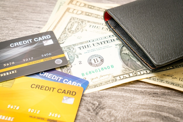 Carteira com dinheiro e cartões de crédito Foto Premium