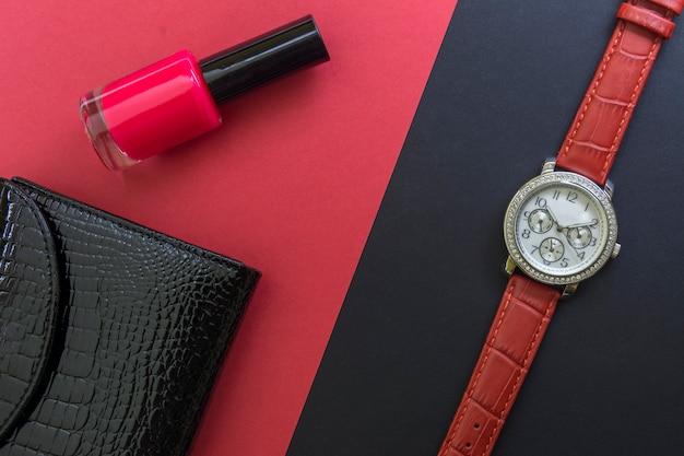 Carteira de couro envernizado das mulheres negras, relógio de pulso das mulheres e vermelho unha polonês vermelho backgr Foto Premium