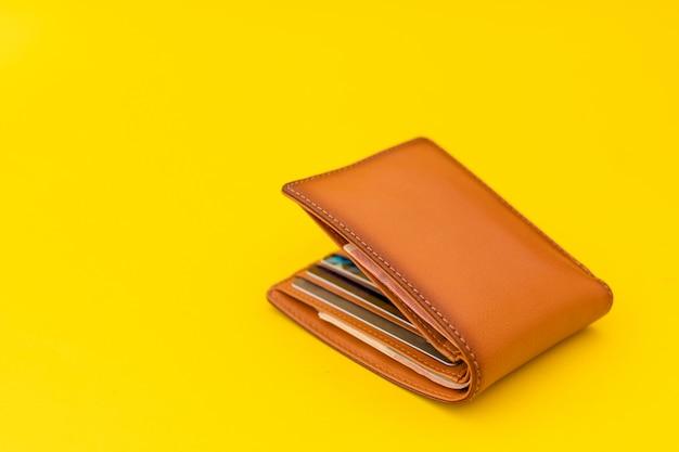 Carteira de couro marrom nova para homens em amarelo Foto Premium