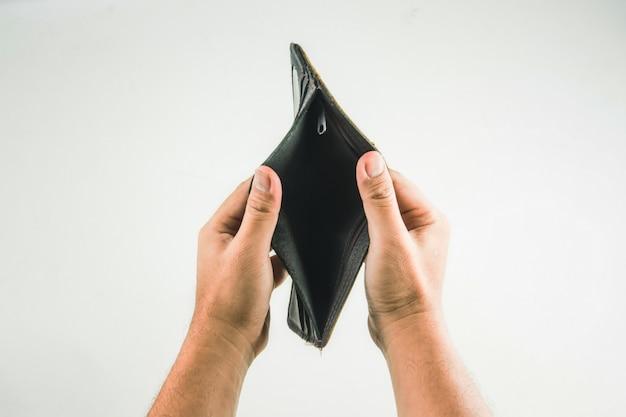 Carteira na mão em fundo branco Foto Premium