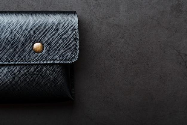 Carteira preta feita de couro genuíno no escuro Foto Premium