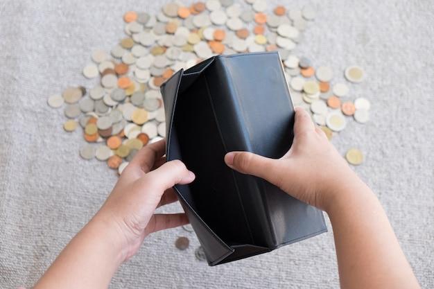 Carteira sem dinheiro e moeda de fundo Foto Premium