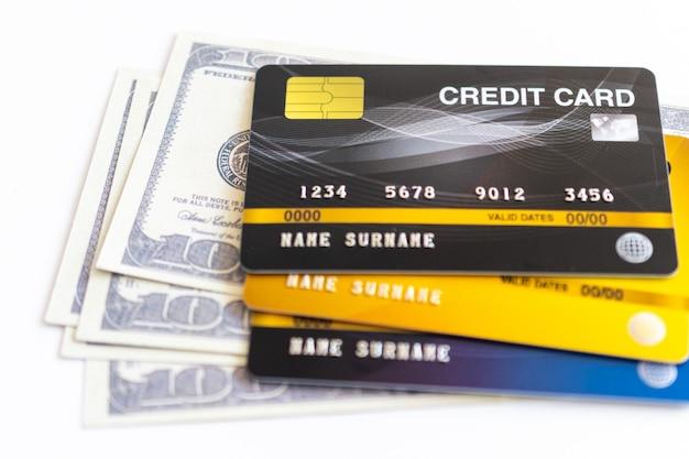 Cartões de crédito e 100 dólares em dinheiro Foto Premium