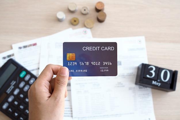 Cartões de crédito e documentos financeiros colocados na mesa Foto Premium