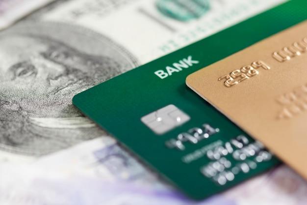 Cartões de crédito em um fundo de notas Foto Premium