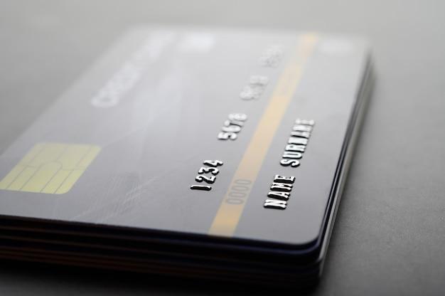 Cartões de crédito empilhados ordenadamente Foto gratuita
