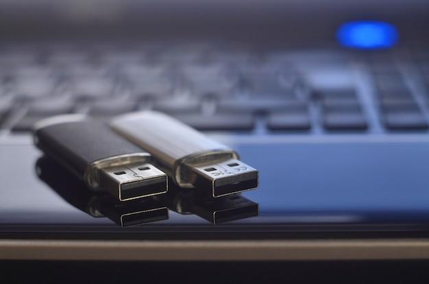 Cartões de memória no teclado do laptop Foto Premium
