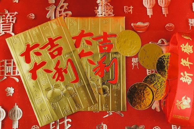 Cartões de ouro com algumas moedas em cima Foto gratuita