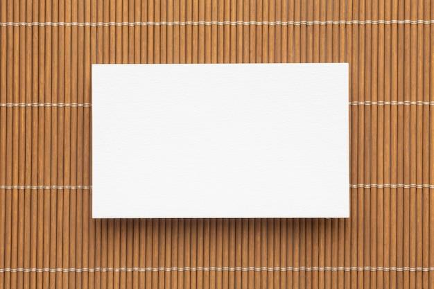 Cartões de visita de espaço de cópia corporativa em branco em fundo marrom Foto gratuita