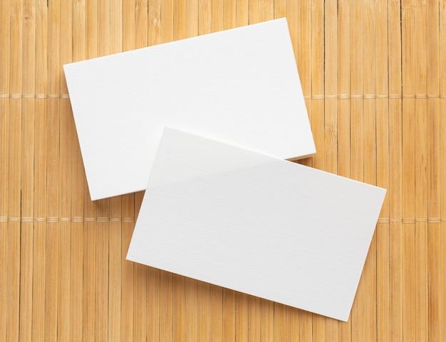 Cartões de visita em branco de papelaria corporativa em fundo de madeira Foto gratuita