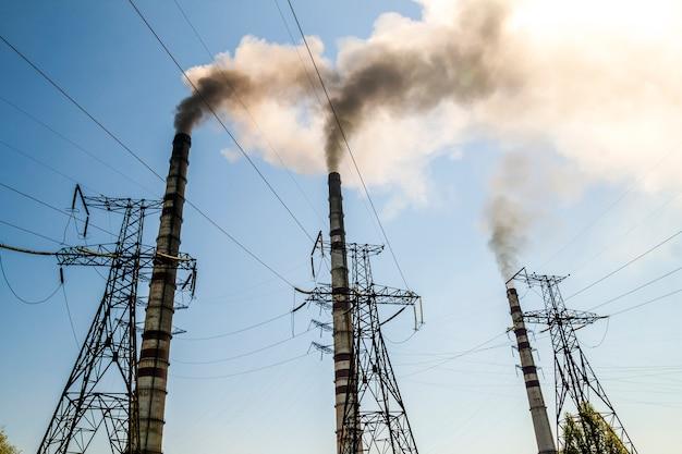 Carvão queima usina industrial com chaminés. fumo sujo no céu, problemas de ecologia. Foto Premium