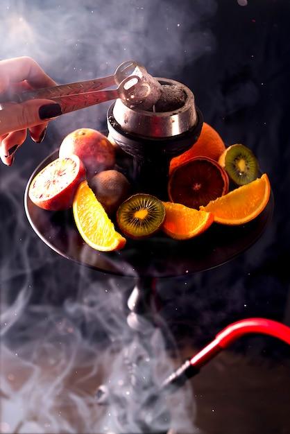 Carvões de cachimbo de água quente para fumar shisha e lazer Foto Premium