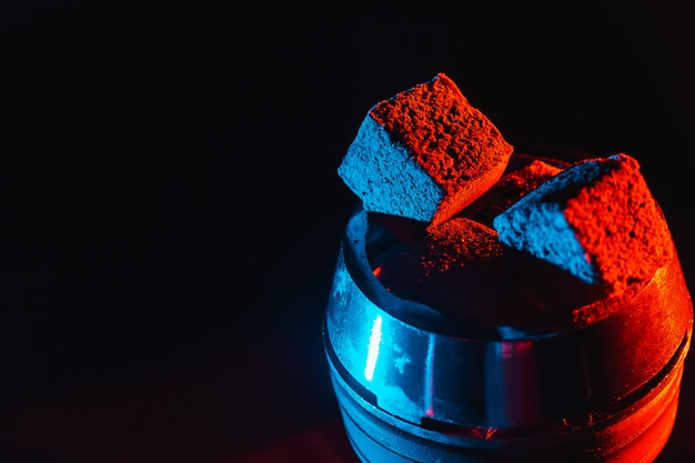 Carvões vermelhos quentes para cachimbo de água em uma tigela de metal Foto Premium
