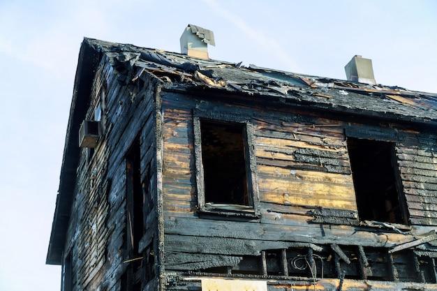 Casa abandonada completamente consumida pelo fogo é queimada no chão após o fogo Foto Premium