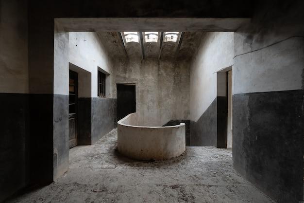Casa abandonada escura e assustadora Foto Premium