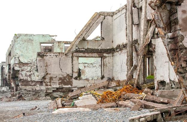 Casa arruinada na areia perto do mar. Foto Premium