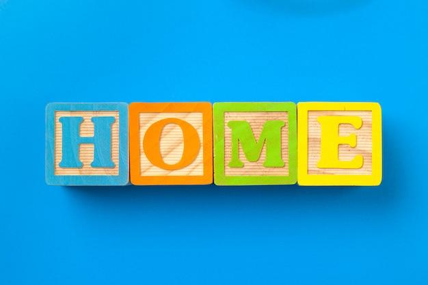 Casa. blocos de madeira alfabeto colorido Foto Premium