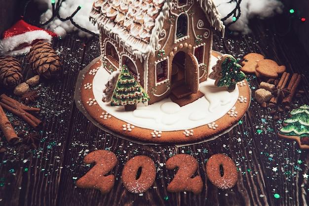 Casa caseira de gengibre com 2020 Foto Premium