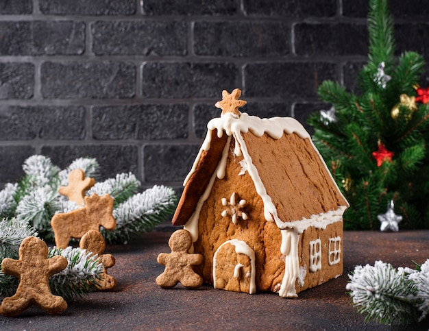 Casa caseira de gengibre de natal Foto Premium