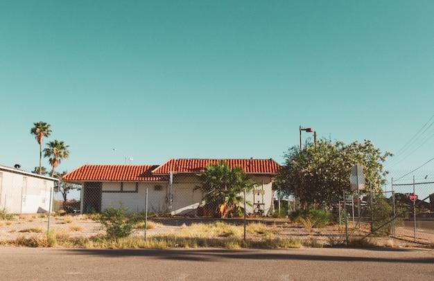 Casa com uma cerca ao redor com um céu claro Foto gratuita