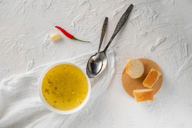 Casa cozido boullion ou sopa clara em uma tigela de cerâmica na cozinha, alimentação saudável e dietas Foto Premium