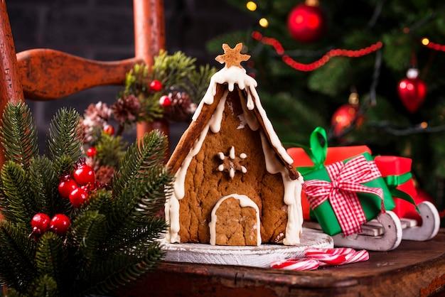 Casa de biscoitos caseiros de gengibre de natal Foto Premium